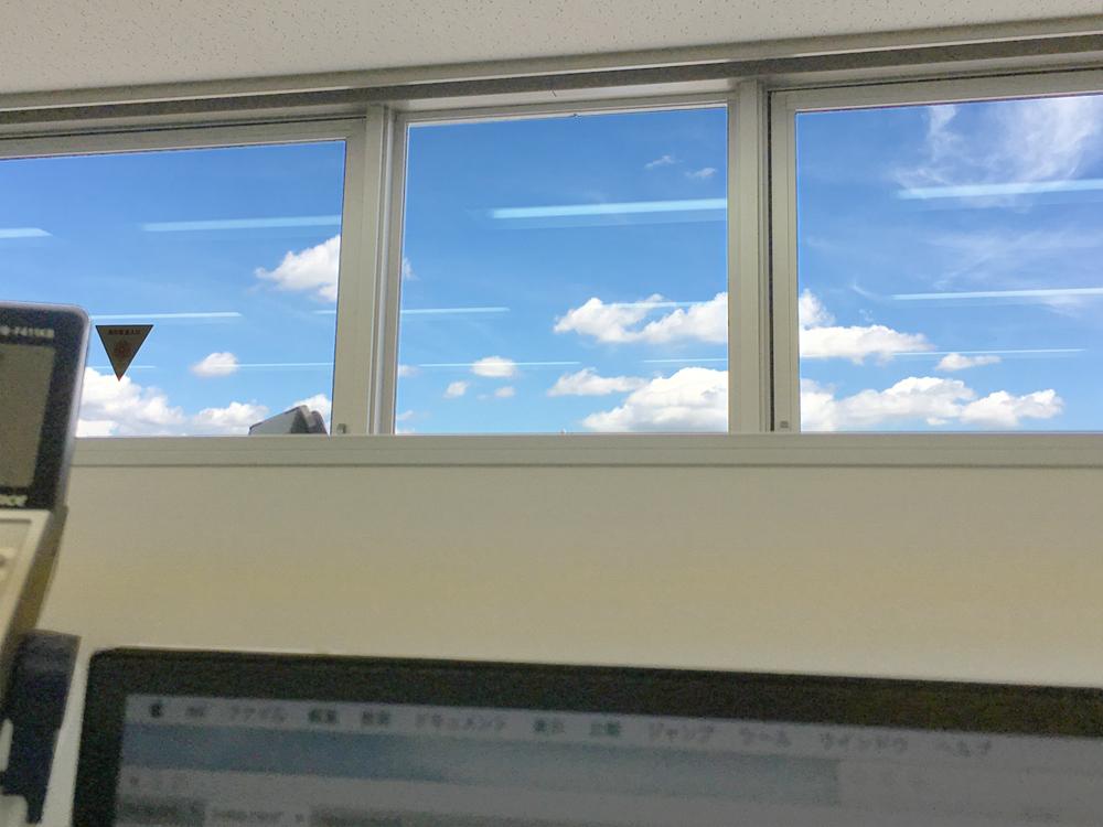 窓の外の夏空